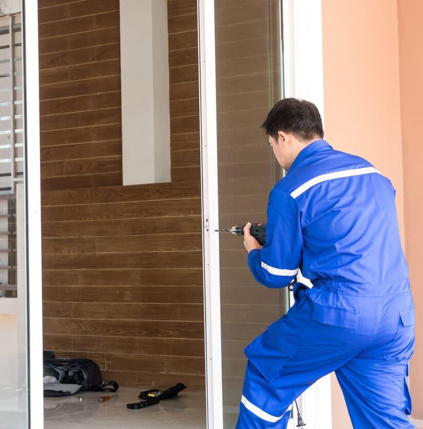 Schlüsseldienst repariert Tür